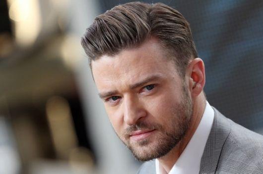 Justin Timberlake usando o corte formal curto com cabelo todo jogado para trás com gel.