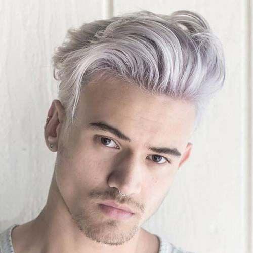 Homem de cabelo descolorido com o corte pompadour mais bagunçado, com um leve caimento do topete na lateral.