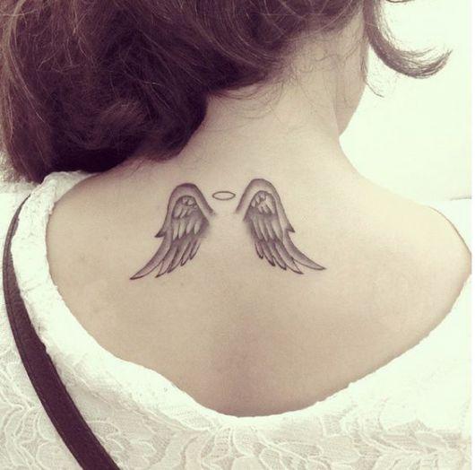 Tatuagem pequena delicada.