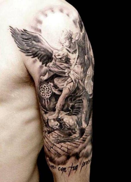 Tatuagem de anjo no braço.