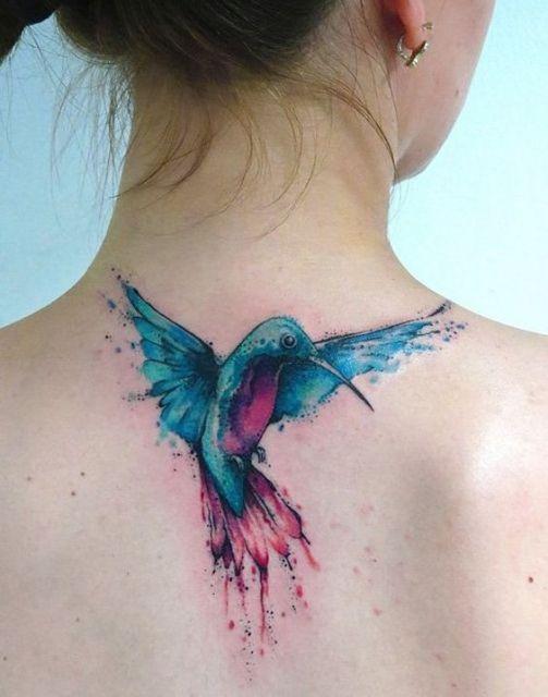 tatuagem colorida pescoço