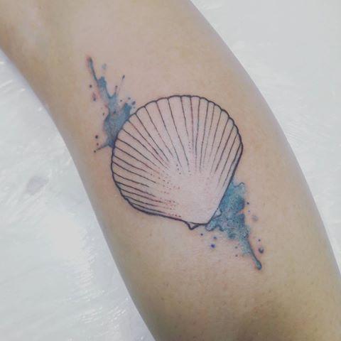tatuagem de concha com tracejado aquarela