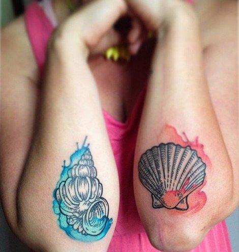tatuagem de concha no braço colorida