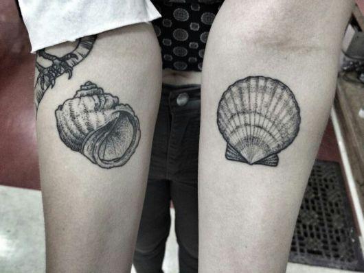 tatuagem de concha nos dois braços