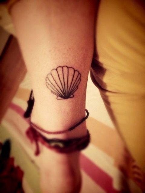 tatuagem de concha no pulso delicada