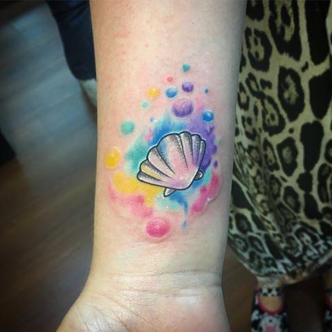 tatuagem de concha com estampa aquarela