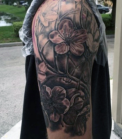 Tatuagem de flor masculina