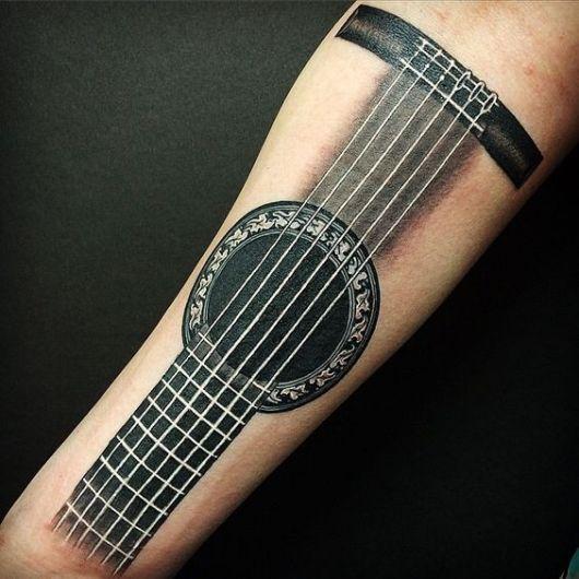 Tatuagem no antebraço com o desenho do braço de um violão.