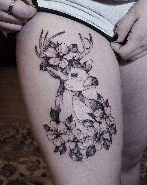 Tatuagem de veado na coxa com flores