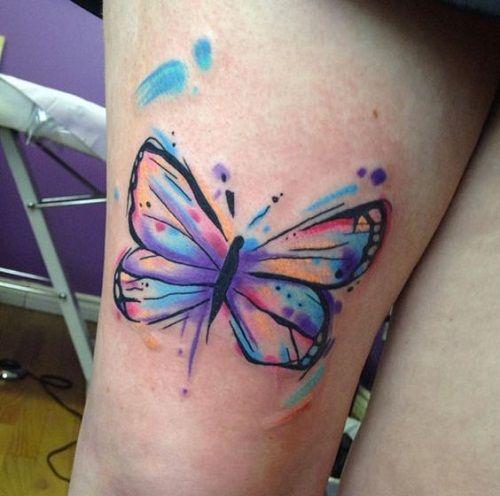 Tatuagem com borboleta colorida.