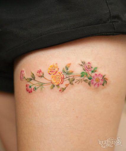 Tatuagem pequena de flores.