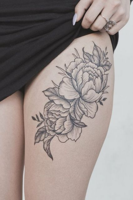 Rosas tatuadas na coxa.