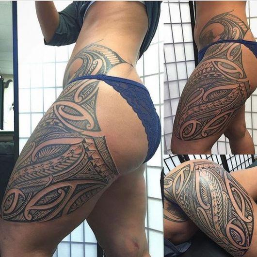Tatuagem começando na cintura e terminando na coxa.