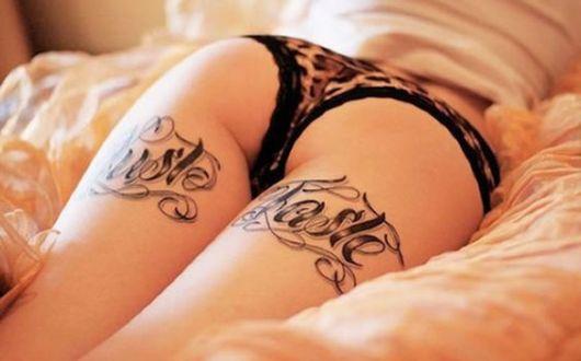 Tatuagem na parte de trás da perna, com palavras.