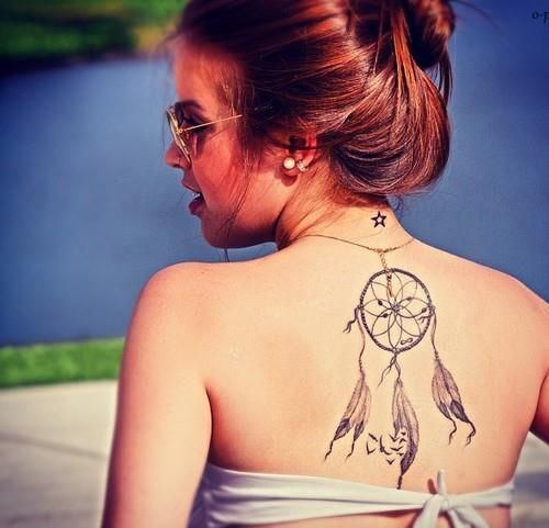 Tatuagem nas costas.