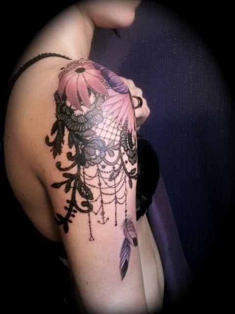 Tatuagem no ombro.