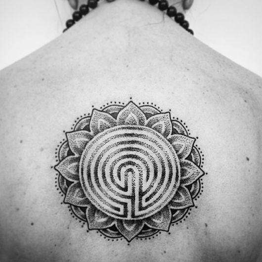 tatuagem mandala costas