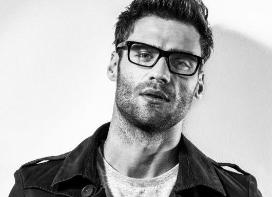 380d11380 Homem em um fundo branco com uma jaqueta, barba por fazer e óculos quadrado  masculino