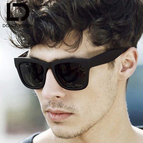 Rosto de um homem olhando para o lado usando um óculos quadrado masculino de sol com hastes grossas e lentes escuras.
