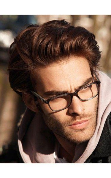 Homem olhando para o lado com um óculos quadrado de grau simples. Ele veste uma blusa com capuz e tem cabelo grande jogado para o lado.