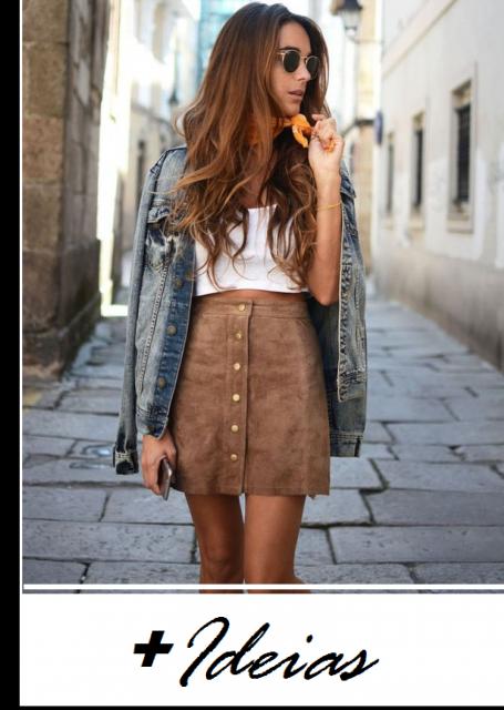 Modelo usa saia camurça marrom, blusa branca de alcinhas finas, jaqueta jeans.