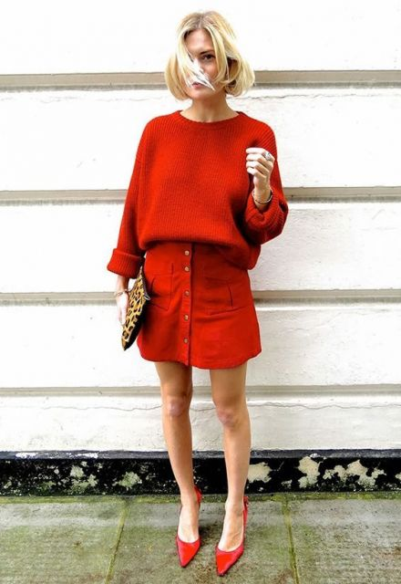 Modelo usa sai vermelha e blusa na mesma cor.