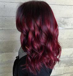 cabelo borgonha com raiz preta