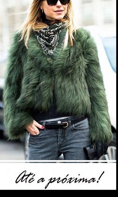 Modelo usa calça jeans azul, casaco verde de pelos em foto ilustração final do post.