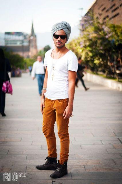 look masculino com calça caramelo