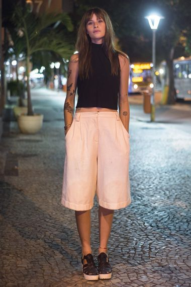 look com calça pantacourt e cropped