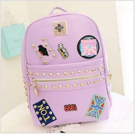 mochila rosa com patches fica bem delicada
