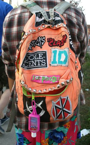 mochilas com patches e spikes