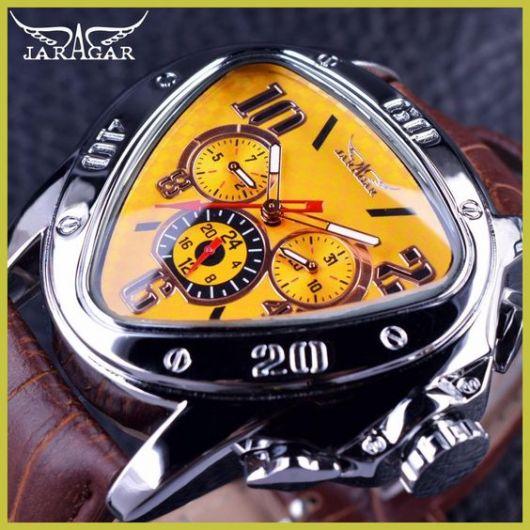 Relógio da marca Jaragar com aro e interior repletos de detalhes e funcionalidades, como bússola e marcador de profundidade. O aro é prata e a pulseira é feita de couro.