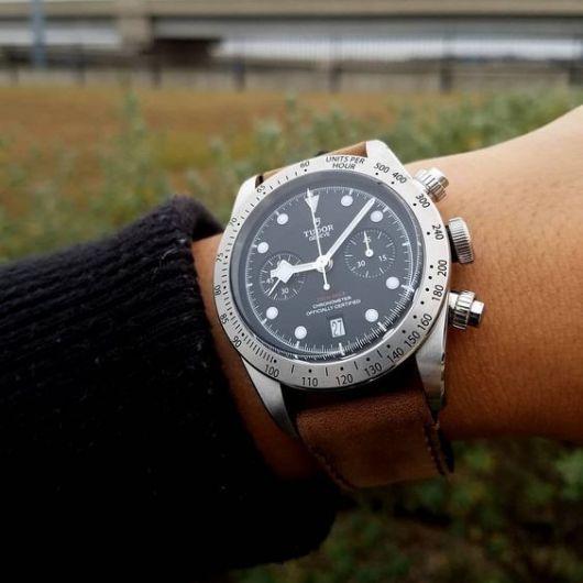 Foto de relógio prata em formato arredondado com diversas funcionalidades de fins esportivos.