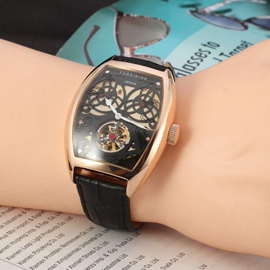913189688be Que tal um relógio masculino quadrado com pulseira de couro  É uma bela  combinação!