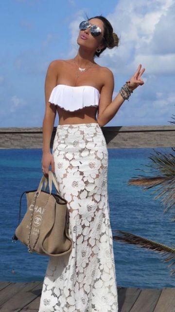 01bb0be985 Outra inspiração de usar a saia renda no look praia é esta aposta de saia  longa com biquíni.
