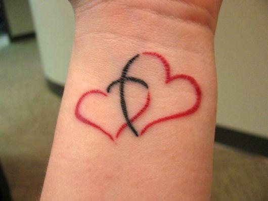 tatuagem de coração no pulso vermelha e preta