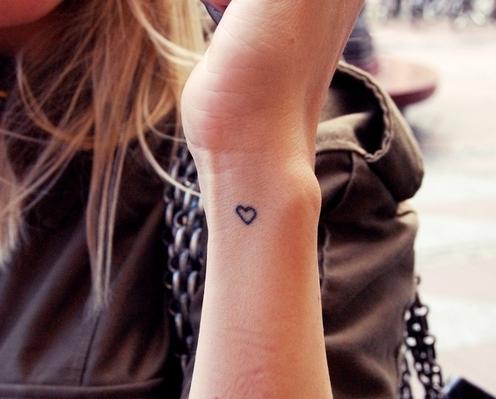 tatuagem de coração no pulso simples