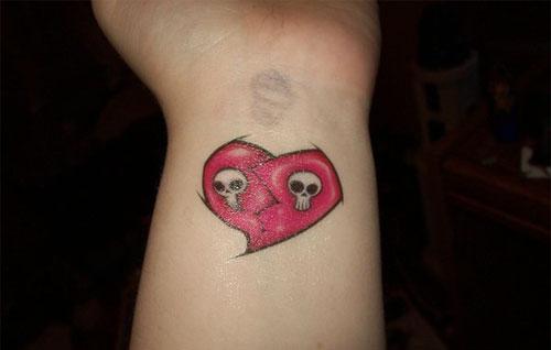 tatuagem de coração no pulso vermelha com fantasmas