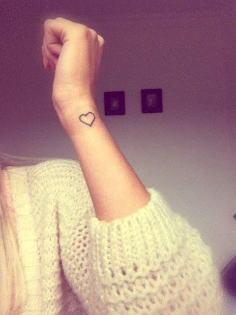 tatuagem de coração no pulso básica
