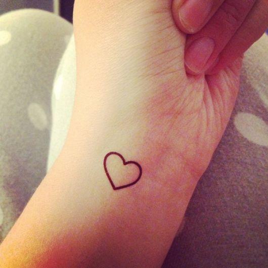 tatuagem de coração no pulso desenho