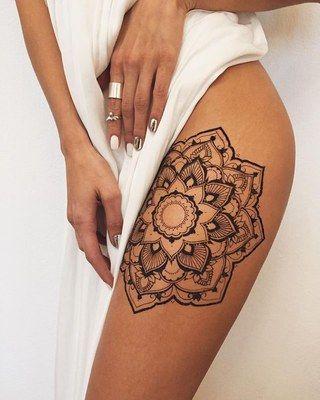 Modelo com tatuagem de flor de lótus com traço fino, na cor preta.