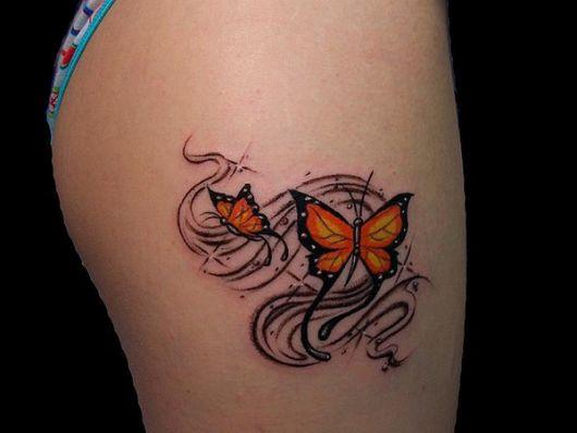 Modelo com tatuagem estilizada de duas borboletas nas cores preto com laranja.