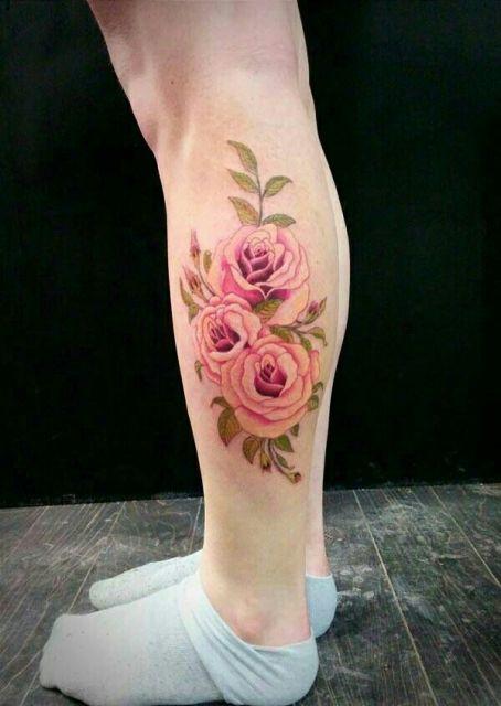 Tattoo panturrilha feminina flores