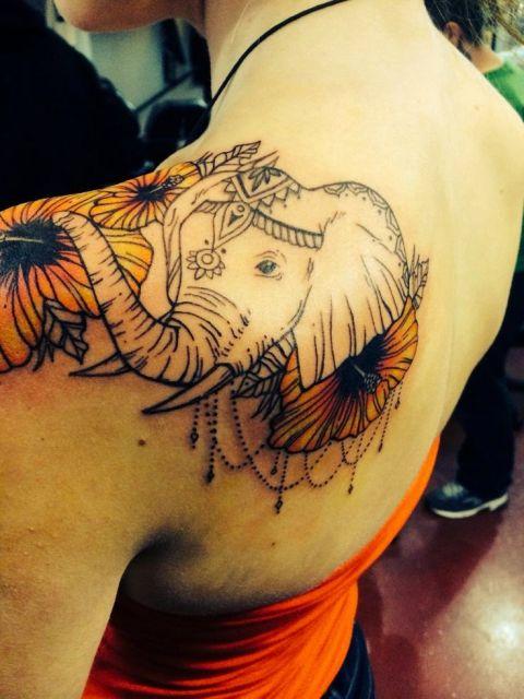 tatuagem indiana no ombro