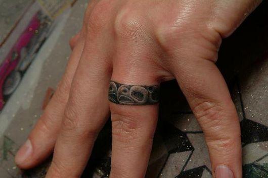 tatuagem no dedo de tribal