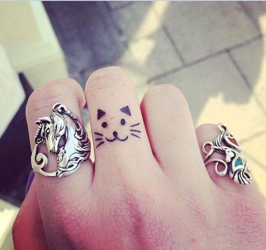 tatuagem de gatinho no dedo
