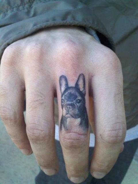 Tatuagem no dedo masculina de cachorro