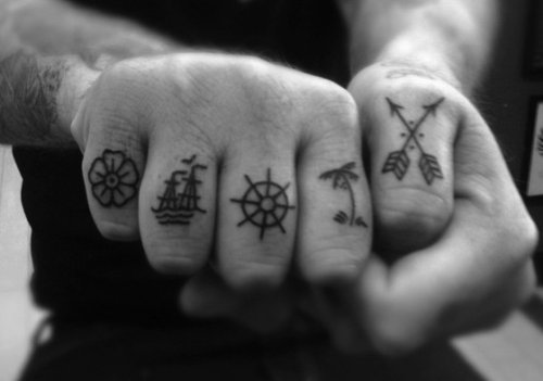 Símbolos náuticos para tatuar no dedo