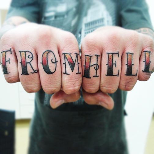 """""""From hell"""" é uma das frases mais tatuadas nos dedos masculinos"""